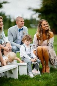 Gasten bij de bruiloftsceremonie bij Landgoed de Biestheuvel