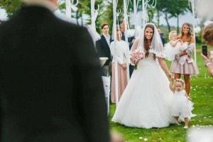 Daar komt de bruid bij Landgoed de Biestheuvel