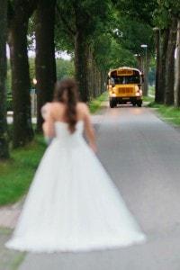 De bruid verwelkomt haar gasten op bij Landgoed de Biestheuvel