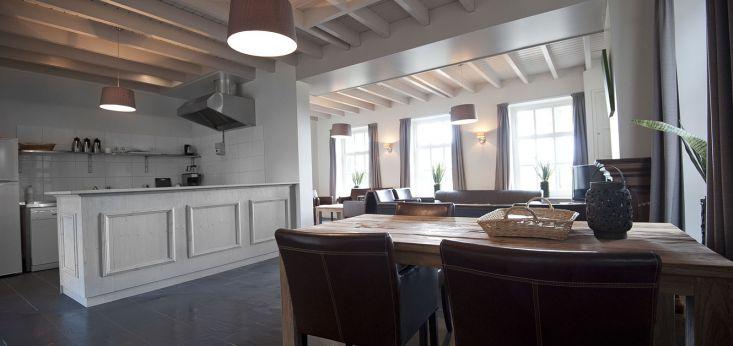 Luxe keuken met moderne apparatuur op Landgoed de Biestheuvel