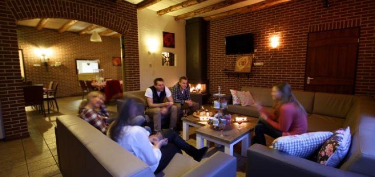 Sfeervolle woonkamer met eigen bar op Landgoed de Biestheuvel