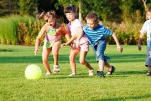 Spelende kinderen op Landgoed de Biestheuvel