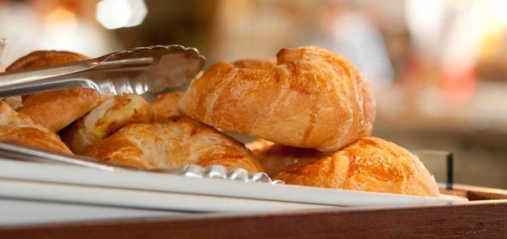 Verse croissants tijdens de lunch op Landgoed de Biestheuvel